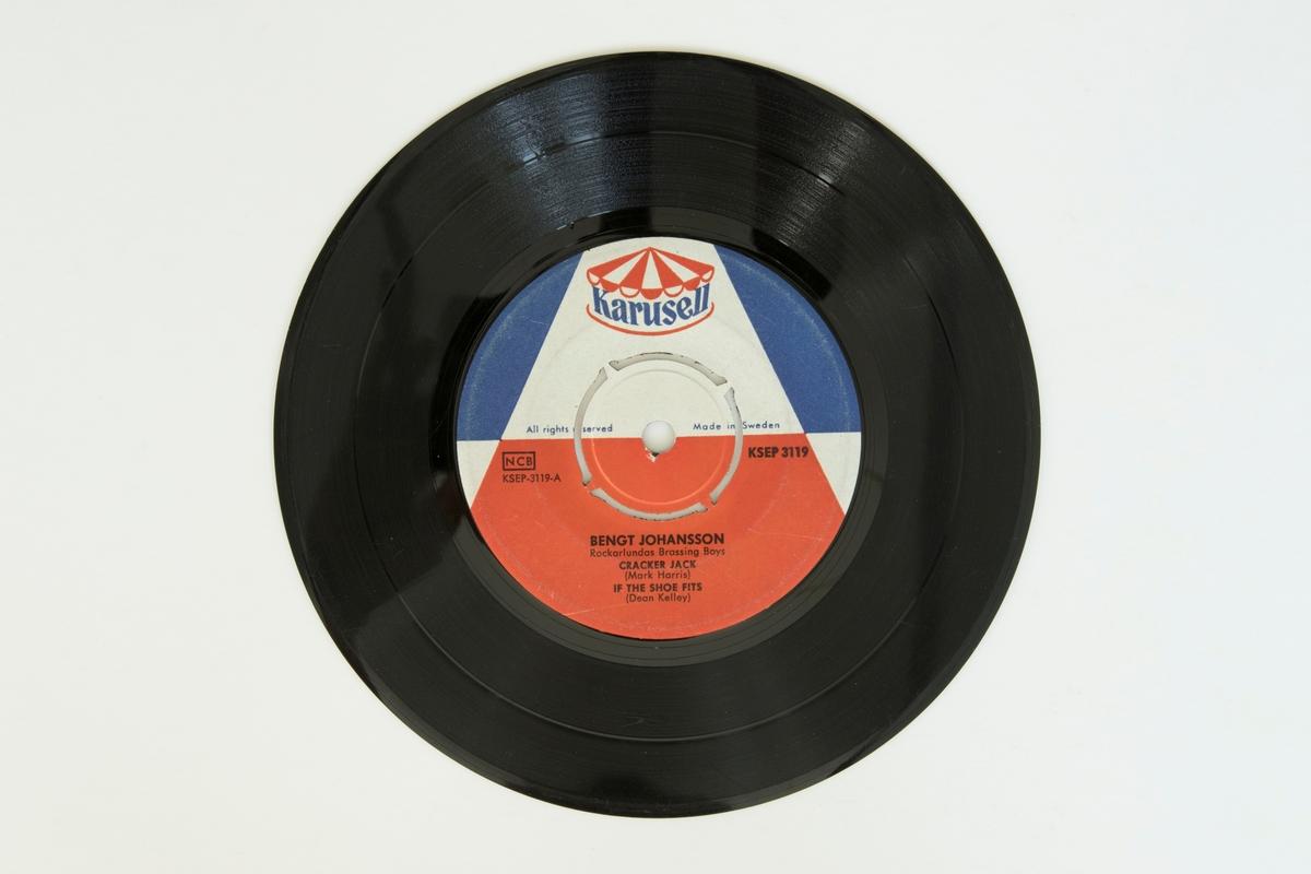 EP-skiva av svart vinyl med vit, röd och blå pappersetikett, i omslag av papper i plastficka. Omslaget har ett färgfotografi av artisten.  Låtlista A: 1. Cracker Jack 2. If the shoe fits B: 1. Crazy street 2. Straight skirt  JM 55174:1, Skiva JM 55174:2, Plastficka JM 55174:3, Omslag