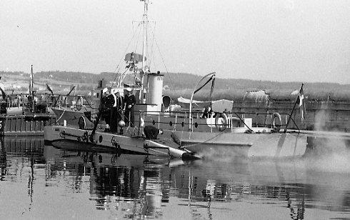"""Utställningen """"Rila"""". Motortorpedbåtar i Jönköping hamn. Till vänster om en av motortorpedbåtarna syns ubåten """"Spiggen"""", en miniubåt inköpt från Storbritannien. Deltog i militäruppvisningen utanför Rosenlundsbankarna."""