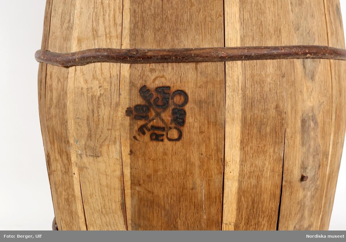 Korslagda nycklar med nycklarnas ax snett uppåt åt var sin sida. Överst ett mantuanskt kors och på var sin sida om nycklarna de fyra bokstävenern R, I, G & A. Underst emblemet siffrorna 18 & 38.