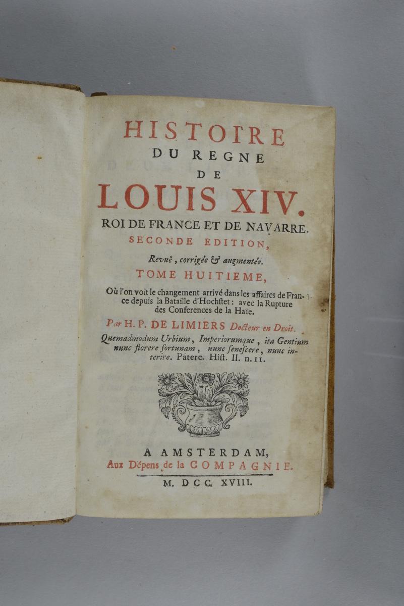 """Bok, helfranskt band """"Histoire du regne de Louis XIV"""", del 8, tryckt 1718. Skinnband med blindpressad och guldornerad rygg i fem upphöjda bind, titelfält med blindpressad titel, fält med volymens nummer, fält med ägarens initialer  samt påklistrad pappersetikett. Med stänkt snitt."""