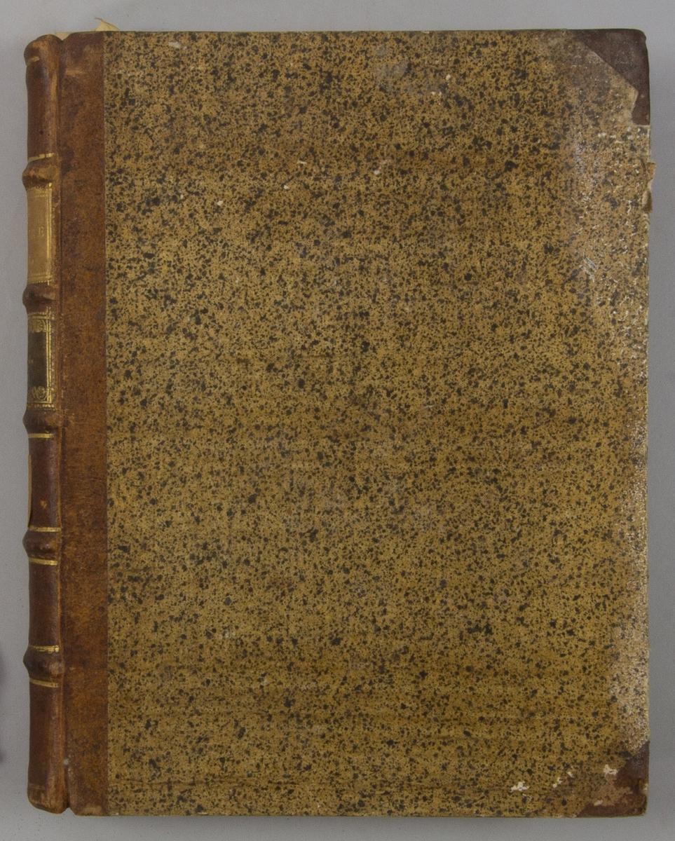 """Bok, halvfranskt band """"Le grand vocabulaire francois"""", del III, utgiven i Paris 1768. Band med pärmar av papp med påklistrat stänkt papper, hörn och rygg av skinn med fem upphöjda bind med guldpräglad dekor, titelfält med blindpressad titel och ett mörkare fält med volymens nummer. Med stänkt snitt. Påklistrade etiketter märkta med bläck """"No 2"""" och rest av etikett."""