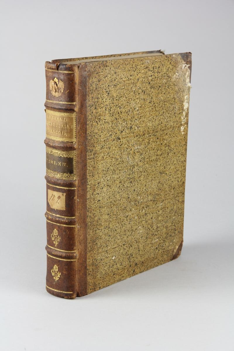 """Bok, halvfranskt band """"Le grand vocabulaire francois ... par une société de gens de lettres"""", del 14, utgiven i Paris 1770.  Band med pärmar av papp med påklistrat stänkt papper, hörn och rygg av skinn med fem upphöjda bind med guldpräglad dekor, titelfält med blindpressad titel och ett mörkare fält med volymens nummer. Med stänkt snitt. Påklistrad etikett märkt med bläck """"No 2."""" samt rester av etikett med volymens innehåll."""