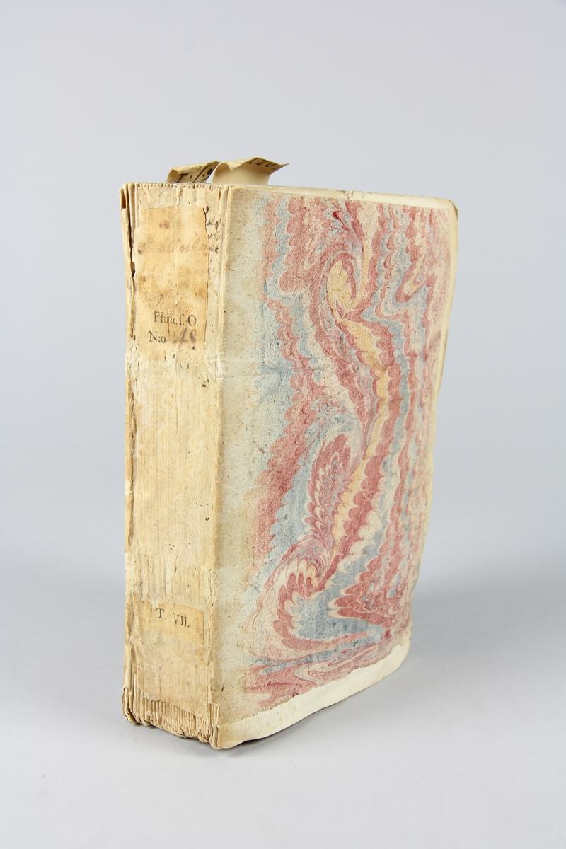 """Bok, häftad, """"Biblioteque raisonée des ouvrages des savans de l´Europe"""",  del 7:1, tryckt 1731 i Amsterdam. Pärmar av marmorerat papper, blekt rygg med påklistrade etiketter med titel (oläslig) och samlingsnummer. Oskuret snitt, ej uppskuren."""