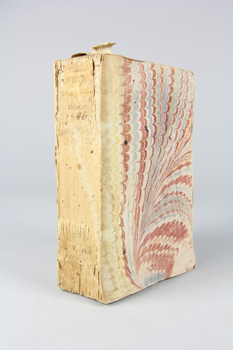"""Bok, häftad, """"Biblioteque raisonée des ouvrages des savans de l´Europe"""",  del 6:1, tryckt 1731 i Amsterdam. Pärmar av marmorerat papper, blekt rygg med påklistrade etiketter med titel (oläslig) och samlingsnummer. Oskuret snitt, ej uppskuren."""