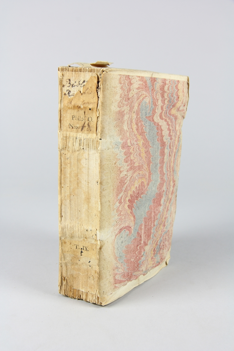 """Bok, häftad, """"Biblioteque raisonée des ouvrages des savans de l´Europe"""",  del 9:1, tryckt 1732 i Amsterdam. Pärmar av marmorerat papper, blekt rygg med påklistrade etiketter med titel och samlingsnummer. Oskuret snitt, ej uppskuren."""