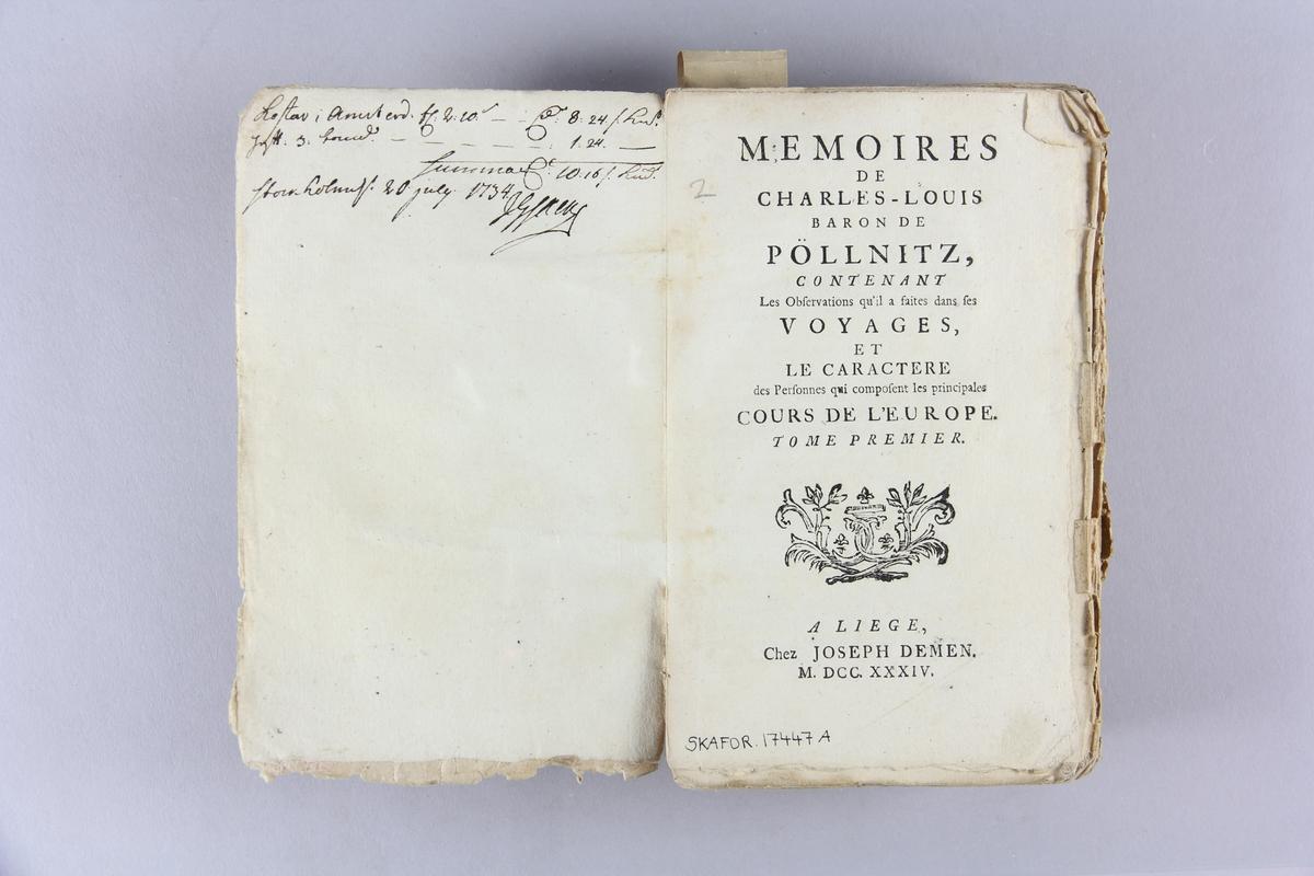 """Bok, häftad, """"Mémoires de Charles-Louis Baron de Pöllnitz"""", del 1. Pärm av marmorerat papper, oskuret snitt. Anteckning om inköp."""