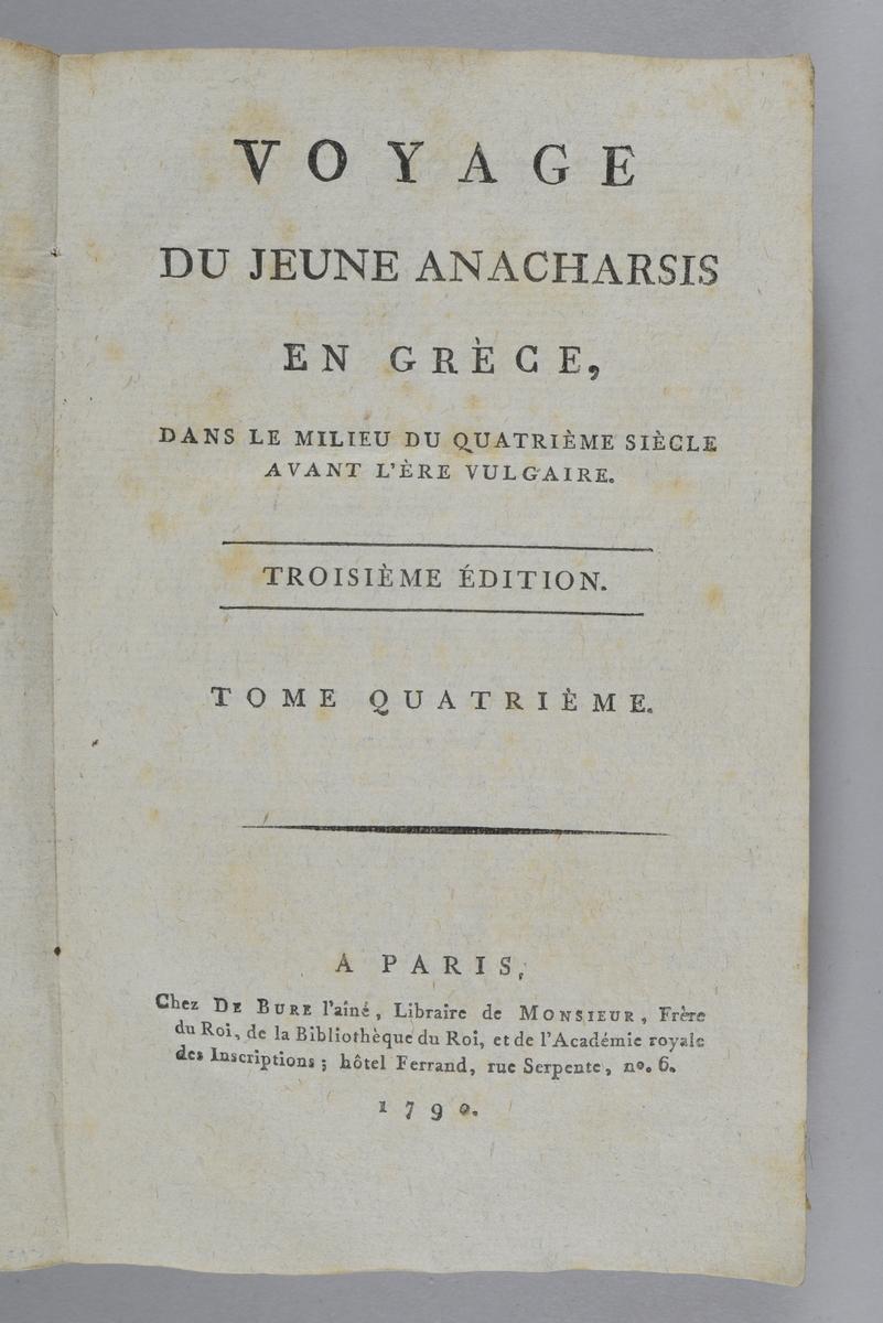 """Bok, pappband, """"Voyage du jeune Anacharsis en Grèce"""", del 4, tryckt 1790 i Paris. Pärmar av gråblått papper, på insidan klistrade sidor ur annan bok. Blekt rygg med bokens titel samt etikett med samlingsnummer. Skuret snitt."""