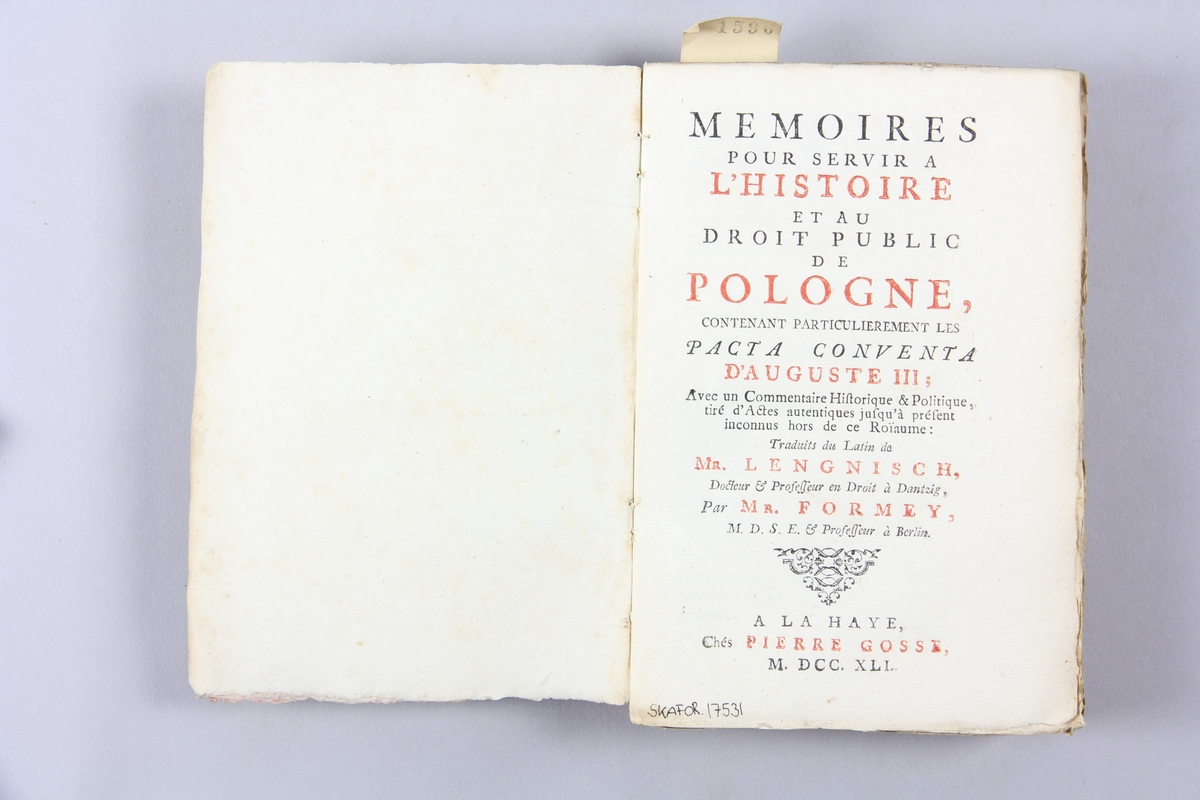 "Bok, pappband, ""Mémoires pour servir à l´histoire de Pologne"", del 3, tryckt 1741 i Haag. Marmorerade pärmar, blekt rygg med påklistrade etiketter, delvis utplånad påskrift. Oskuret snitt, ej uppskuren."