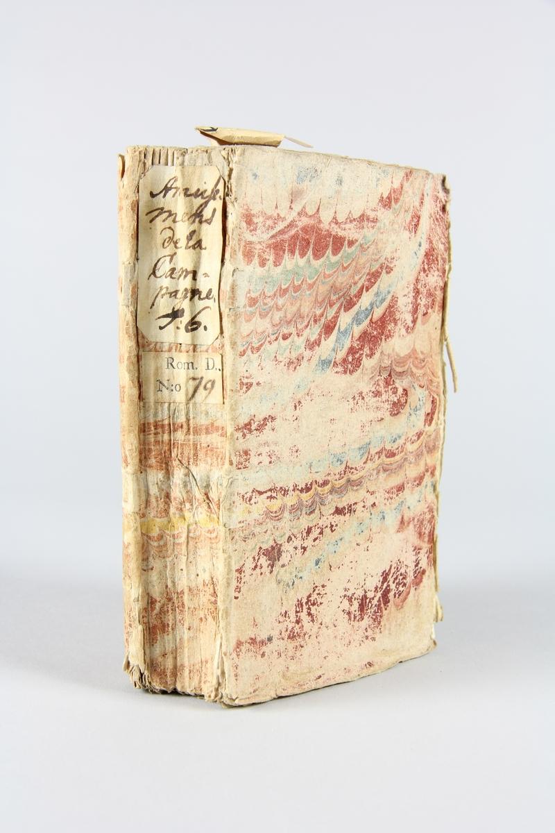 """Bok, häftad, """"Amusemens de la campagne, de la cour et de la ville"""", del 6, tryckt 1739 i Amsterdam Pärm av marmorerat papper, oskuret snitt. På ryggen etikett med  titel och samlingsnummer."""