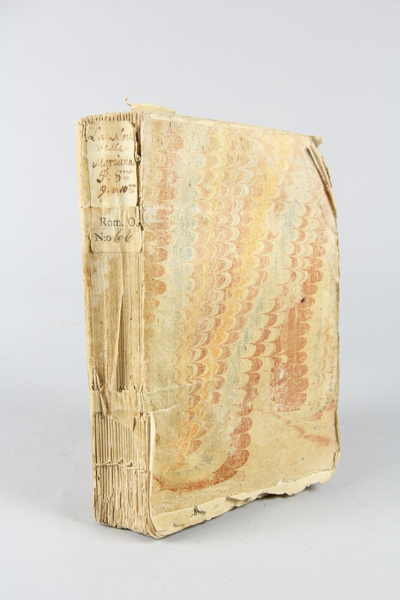 """Bok, häftad, """"La nouvelle Marianne ou les mémoires de la baronne de ****"""", del 8, 9,10, tryckt i Haag 1740. Pärm av marmorerat papper, oskurna snitt. På ryggen klistrade pappersetiketter med volymens namn och samlingsnummer. Ryggen blekt."""