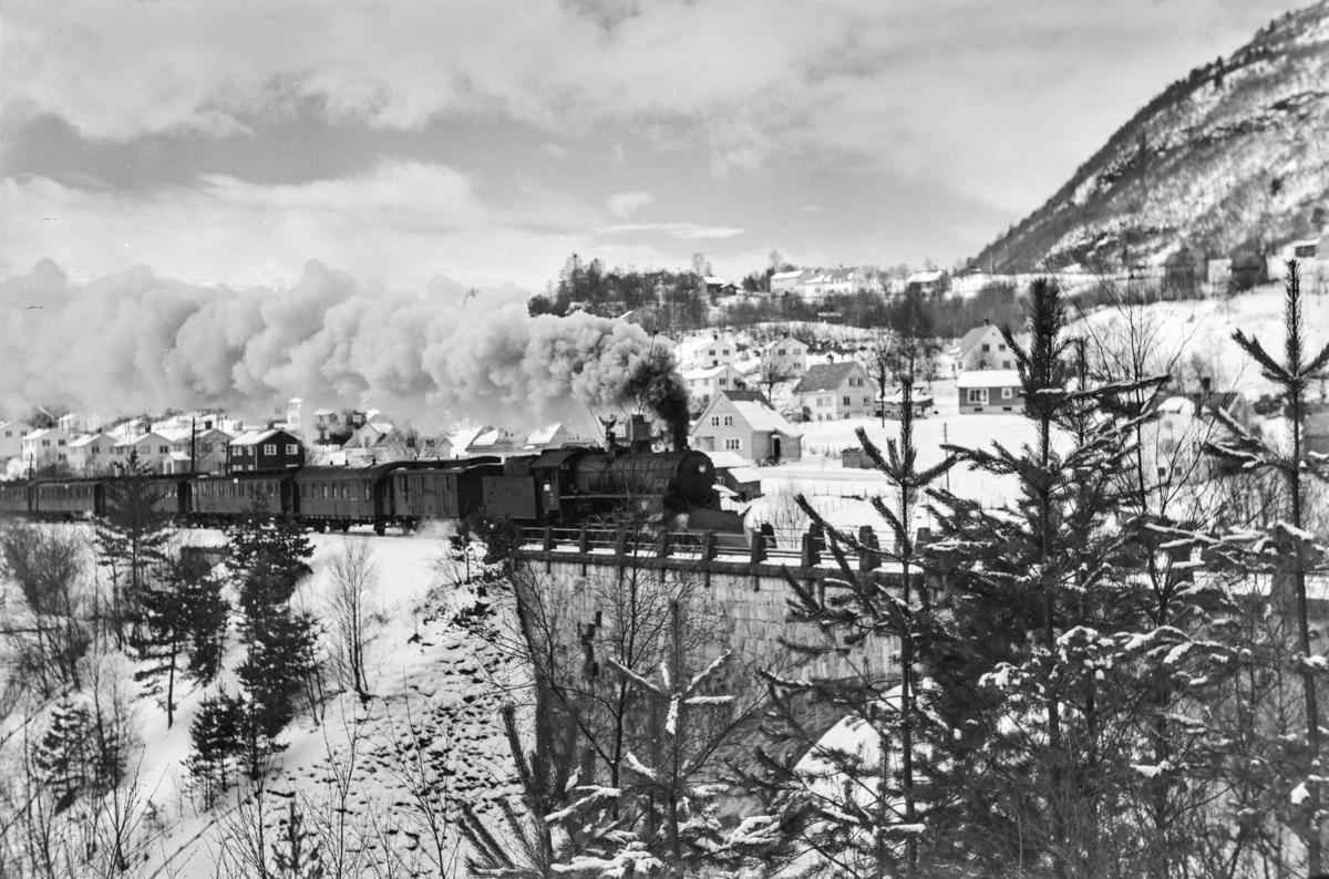 Ekstra påsketog fra Bergen retning Oslo Ø, tog 7650, ved bru over Strandeelva, øst for Voss. Toget trekkes av damplokomotiv type 31b nr. 431.