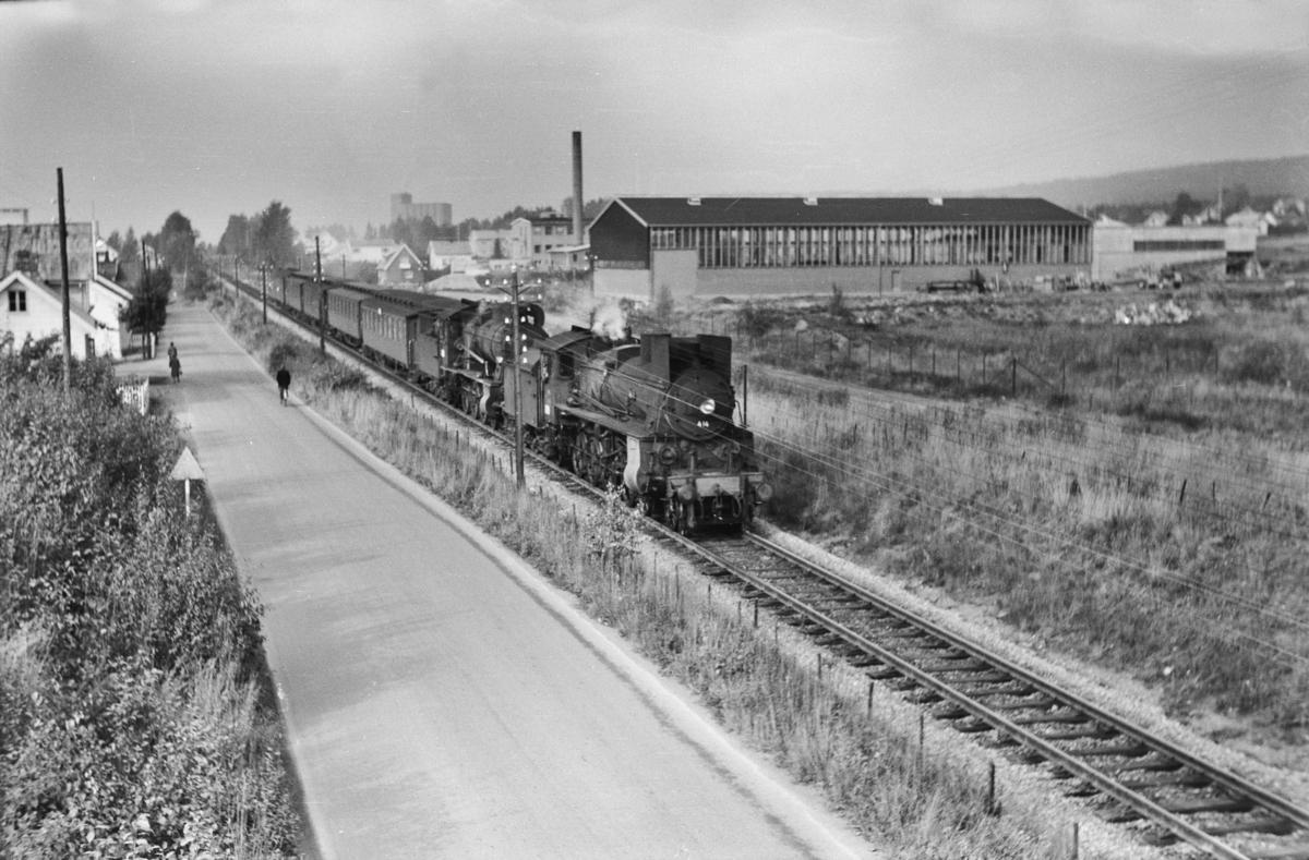 Tog fra Otta til Oslo Ø, tog 308, ved km 128, like nord for Hamar. Toget trekkes av damplokomotiv type 26c nr. 414 og 30b nr. 362.