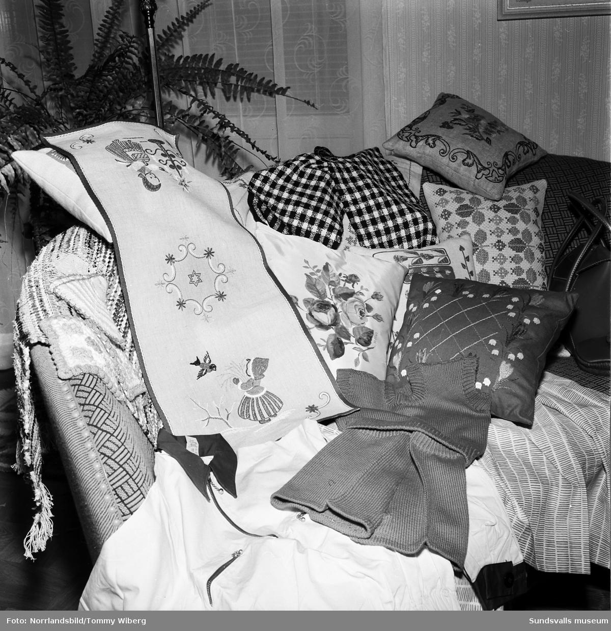 En kvinna ur Sundsvalls Gilles damklubb visar upp handarpeten inför föreningens julmässa.
