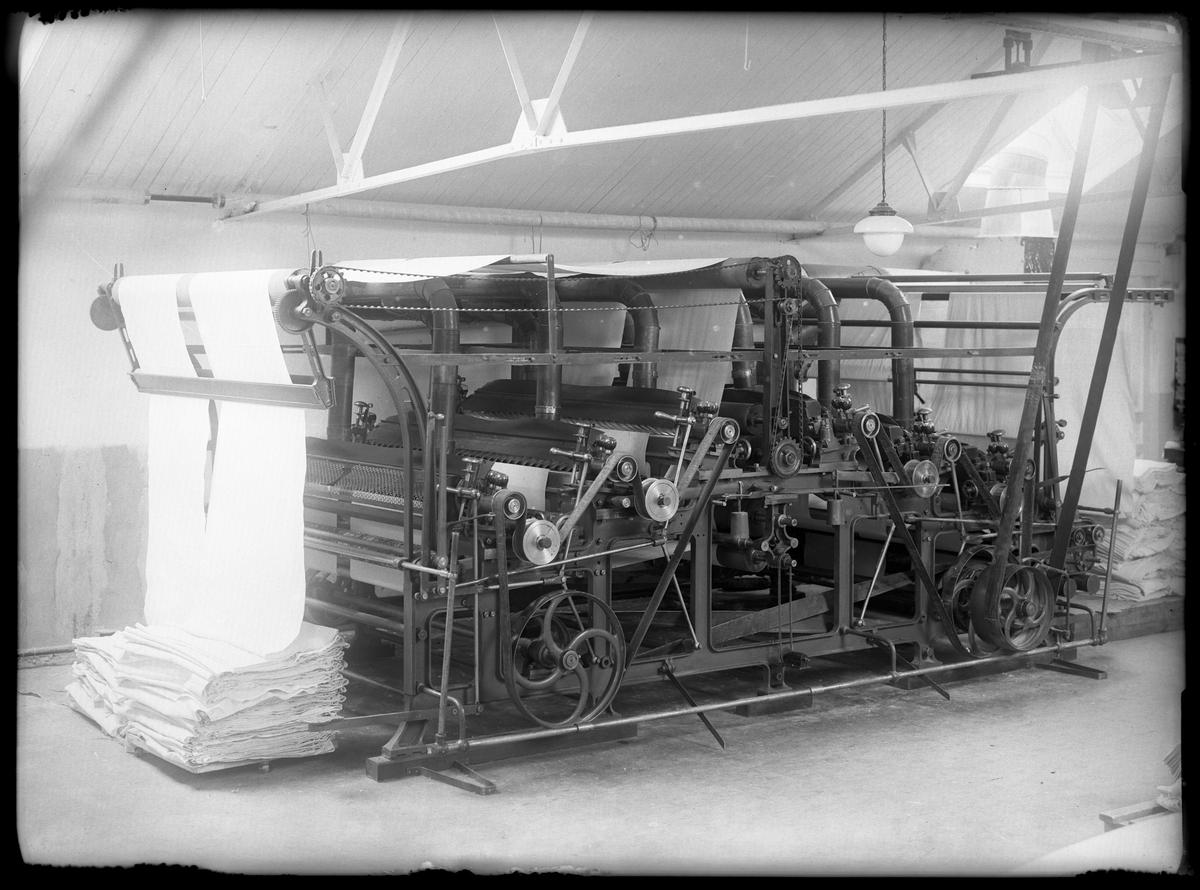 En skärmaskin på Alingsås Bomullsväveris nya fabrik.