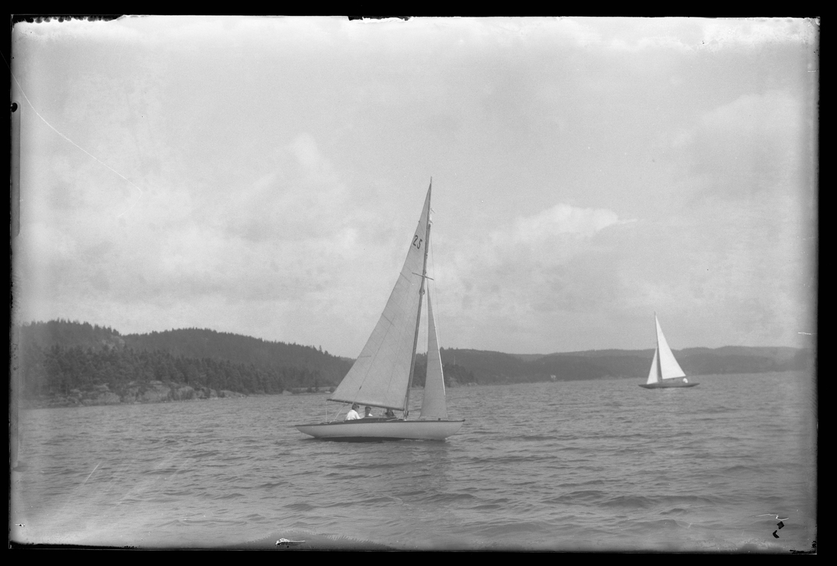 Segelbåten Yssa fotograferad i samband med en kappsegling. På bilden syns också en annan segelbåt.