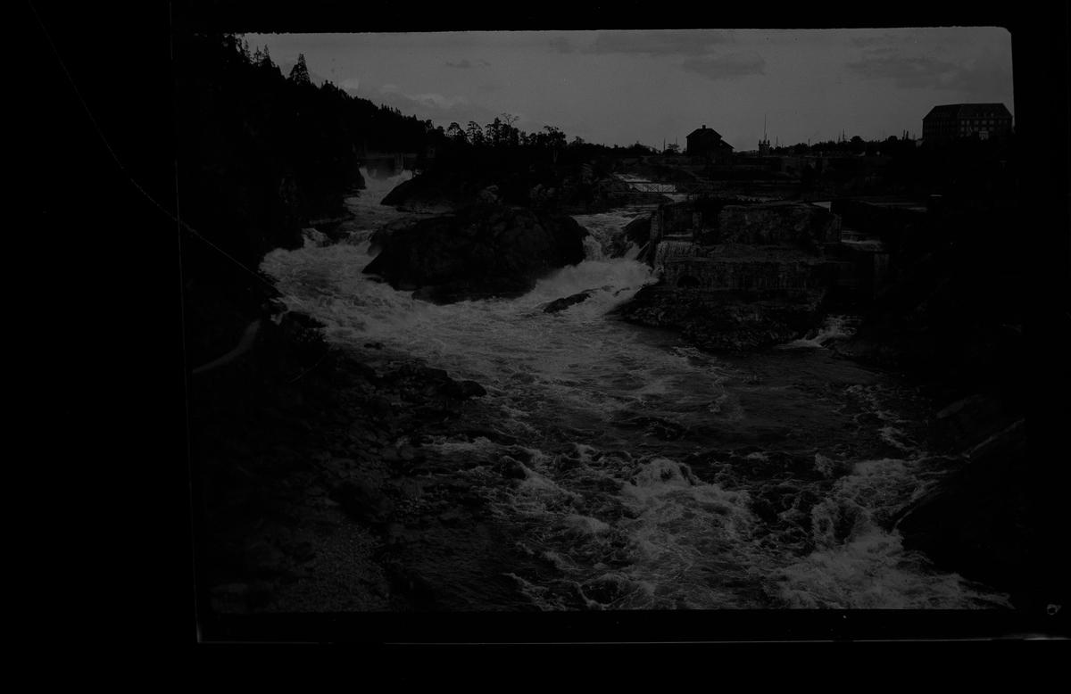 """Forsande vatten i Trollhättan. I fotografens egna anteckningar står det: """"Resa Trollhättan - Lilla Edet."""""""