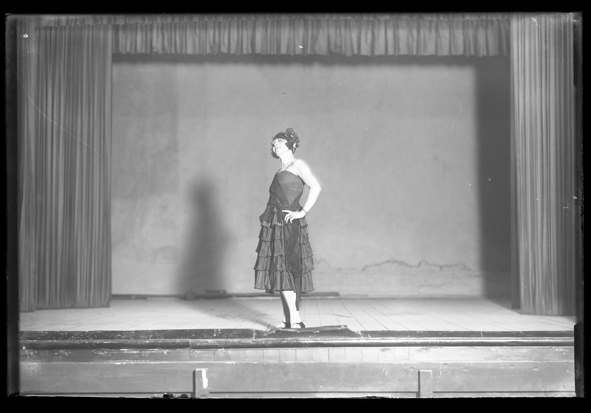 Dana Klinge fotograferad stående på en scen i samband med Nyårsrevyn.