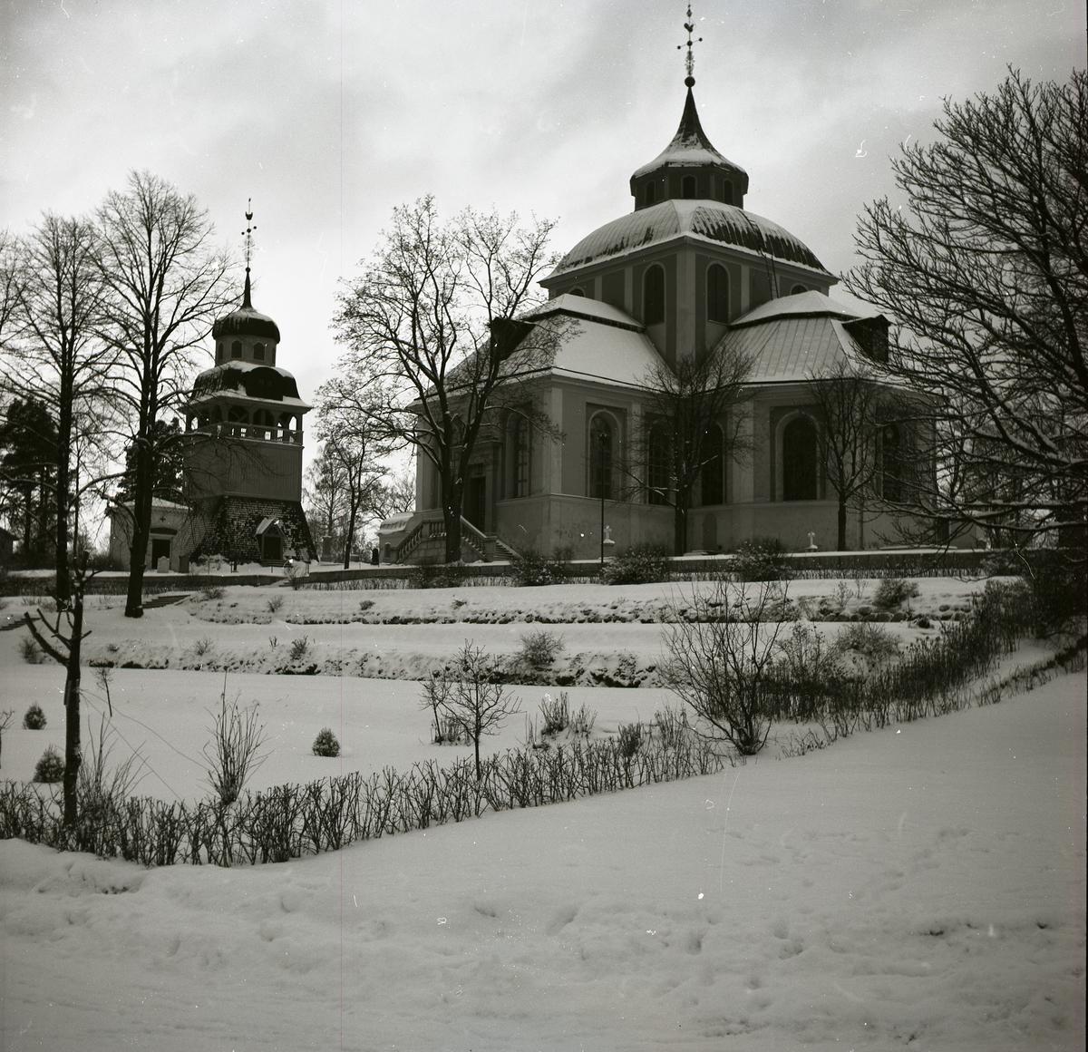 Söderhamns kyrka med klocktorn i vinterskrud.