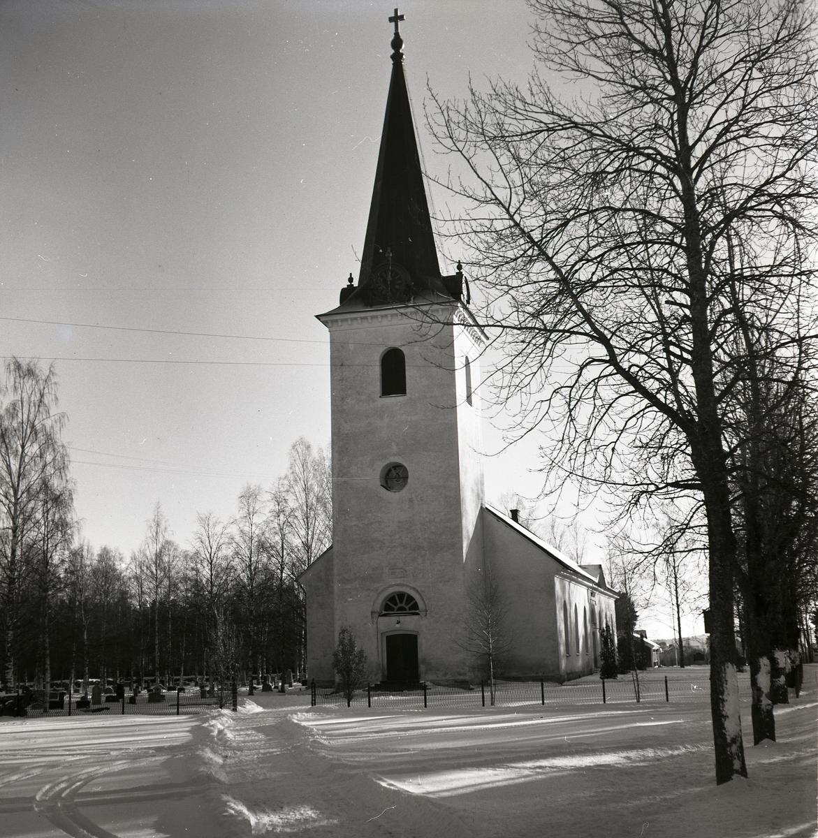 Mo kyrka i vinterskrud.