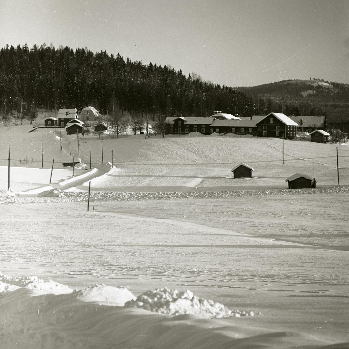 Ett par gårdar i ett vinterlandskap, 1967-68