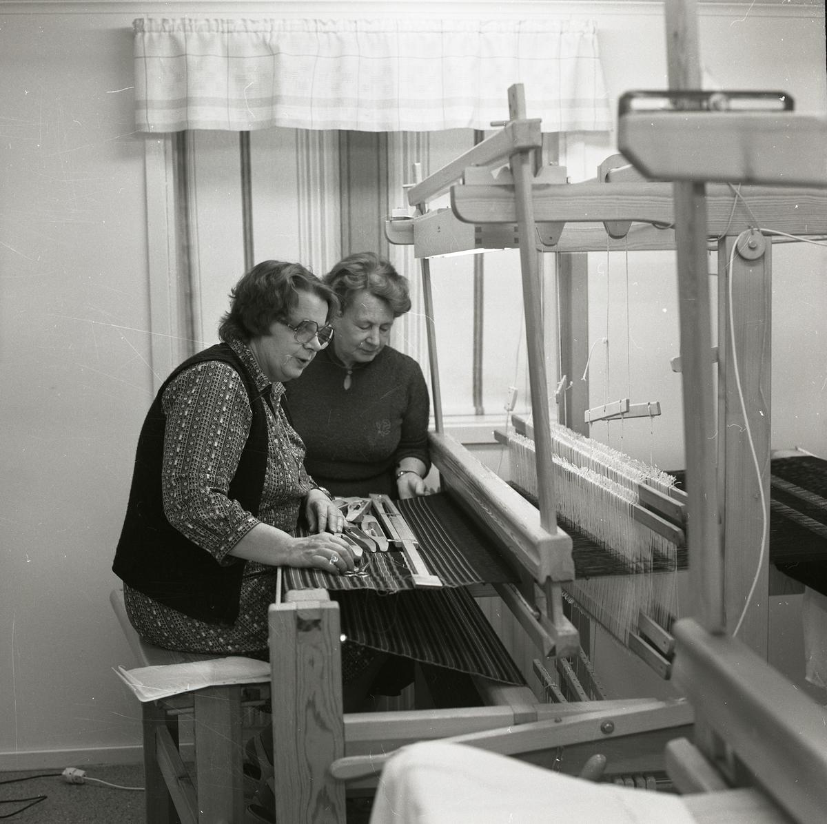 Adéle Mickelsson och en annan kvinna arbetar vid en vävstol ,1982.