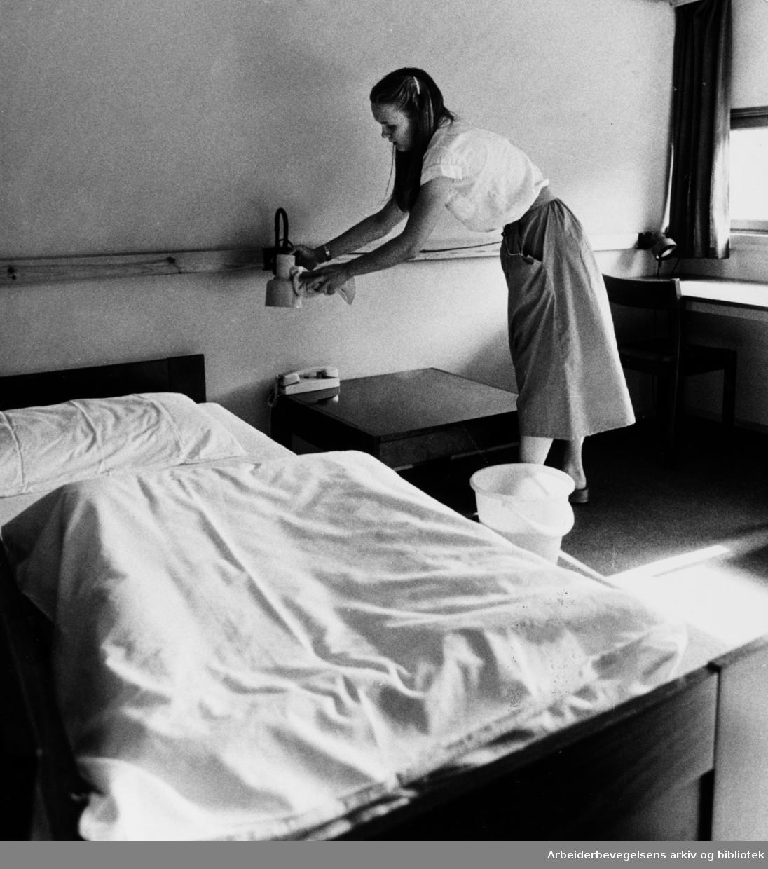Anker Sommerhotell. (Yrkesskolens hybelhus, Anertorget). 35 sesongansatte sørger for gjestenes trivsel. De kommer fra Polen, Danmark, Sverige og Finland, foruten Norge.August 1981