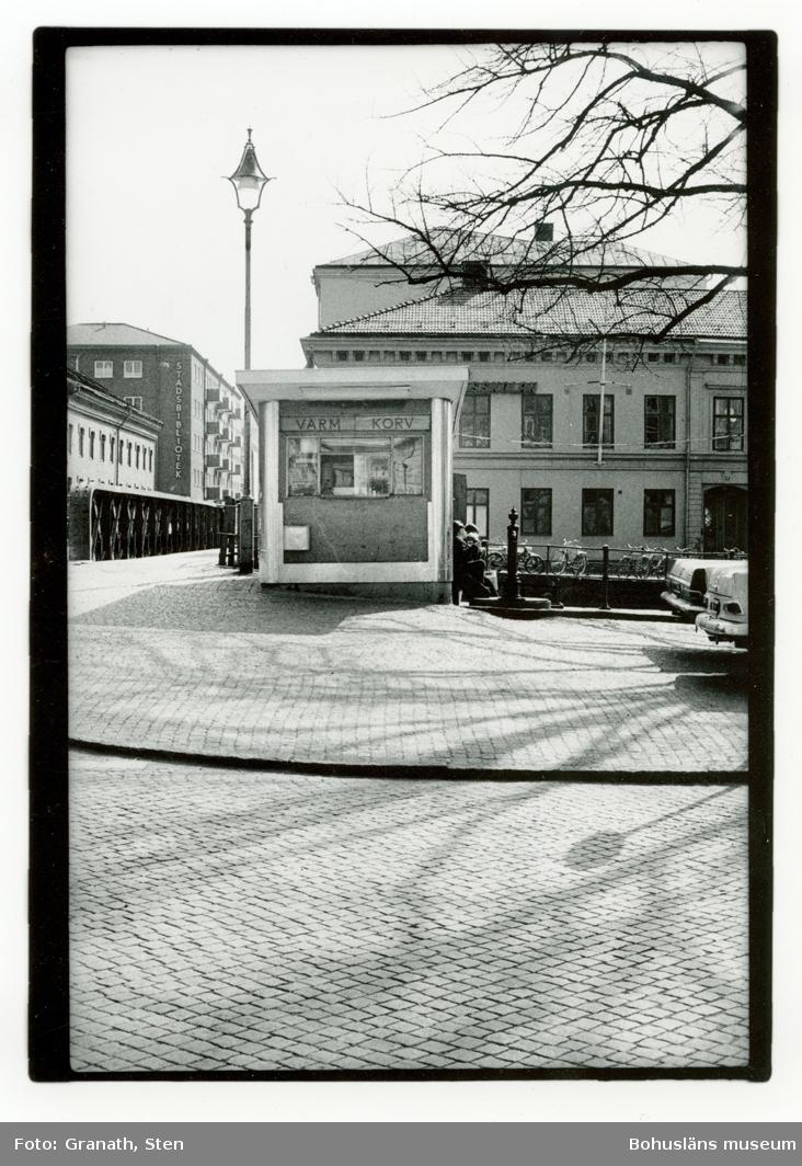 Korvkiosk i Uddevalla. Fotografiet är taget från Norra Hamngatan mot söder med Järnbron till vänster i bild. I bakgrunden syns Stadsbiblioteket.
