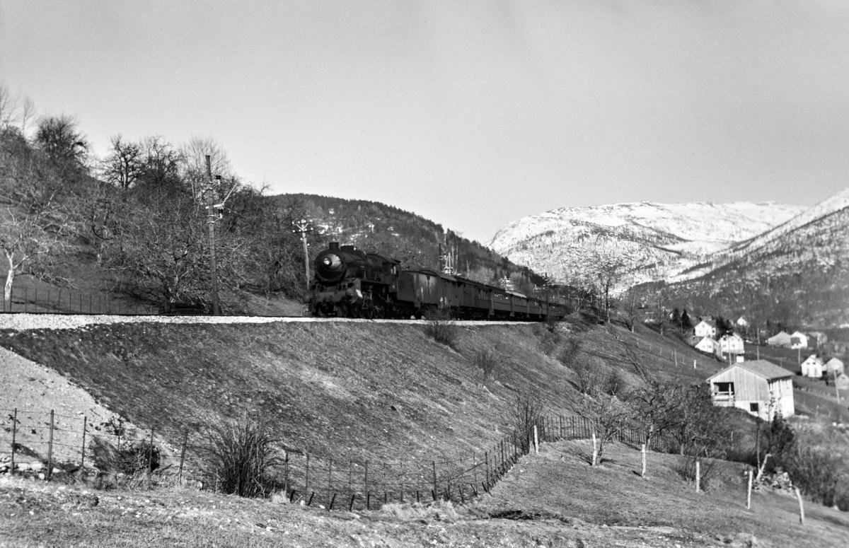 Påsketog retning Bergen, tog 7675, mellom Gjerdåker og Ygre, vest for Voss. Toget trekkes av damplokomotiv type 31b nr. 419.
