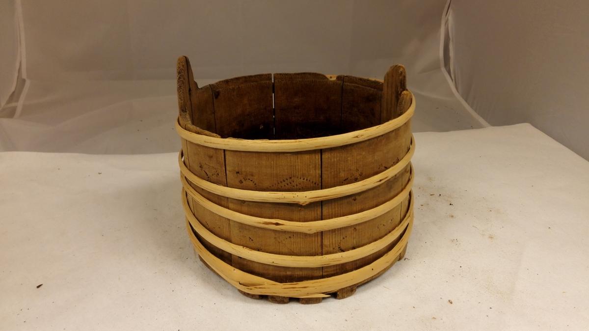 1 ambar.  Liten lagget amber utvendig svijernforsirt. Laag mangler. Höide 14 cm, övre diameter 19,5 - 20 cm.  I stavens nedre ende er indskaaret knotter som har tent som ben, under bunden mærket med svijern SLSA 1836.  Gave fra Anna Dalaker, Kaupanger.