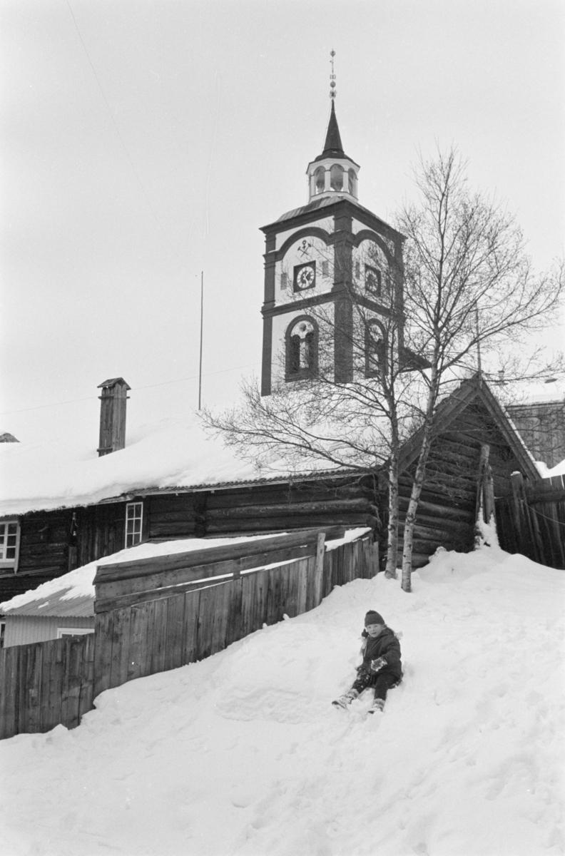 Barn leker i snøen på Røros.