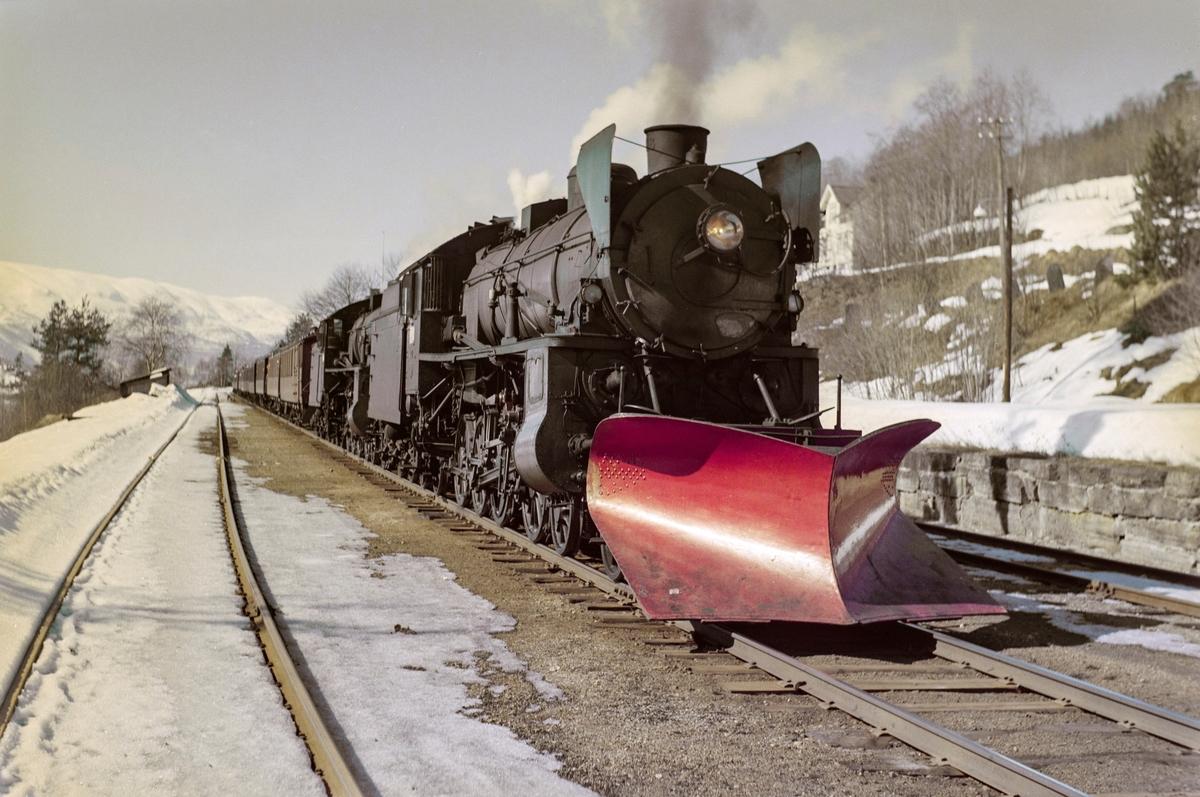 Ekstratog i forbindelse med påskeutfarten, tog 7654, på Ygre stasjon. Toget trekkes av damplokomotiv type 31b nr. 402 og 418.