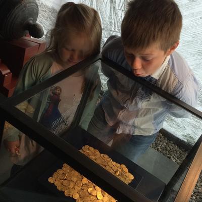 Barn ser på Rundeskatten