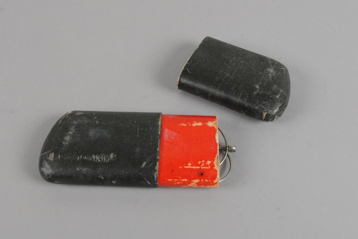 Grått brilleetui av papp i to deler. Den ene delen kan skyves inn i den andre. I etuiet ligger det et par briler.