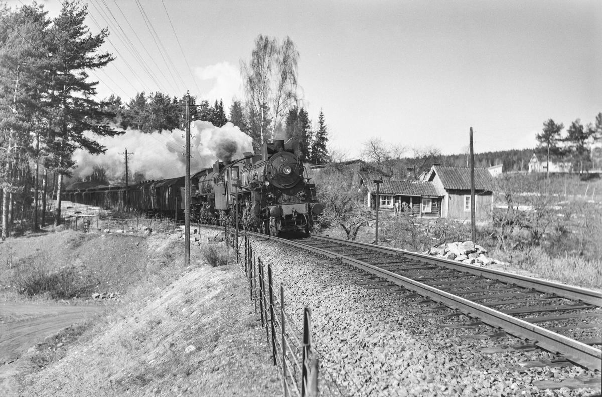 Ekstra påsketog fra Dovrebanen, tog 7318, ved km 131,6  mellom Jessnes og Hamar. Toget trekkes av damplokomotiv type 26c nr. 438 (ekstra forspann) og 31b nr. 401 (forspann).
