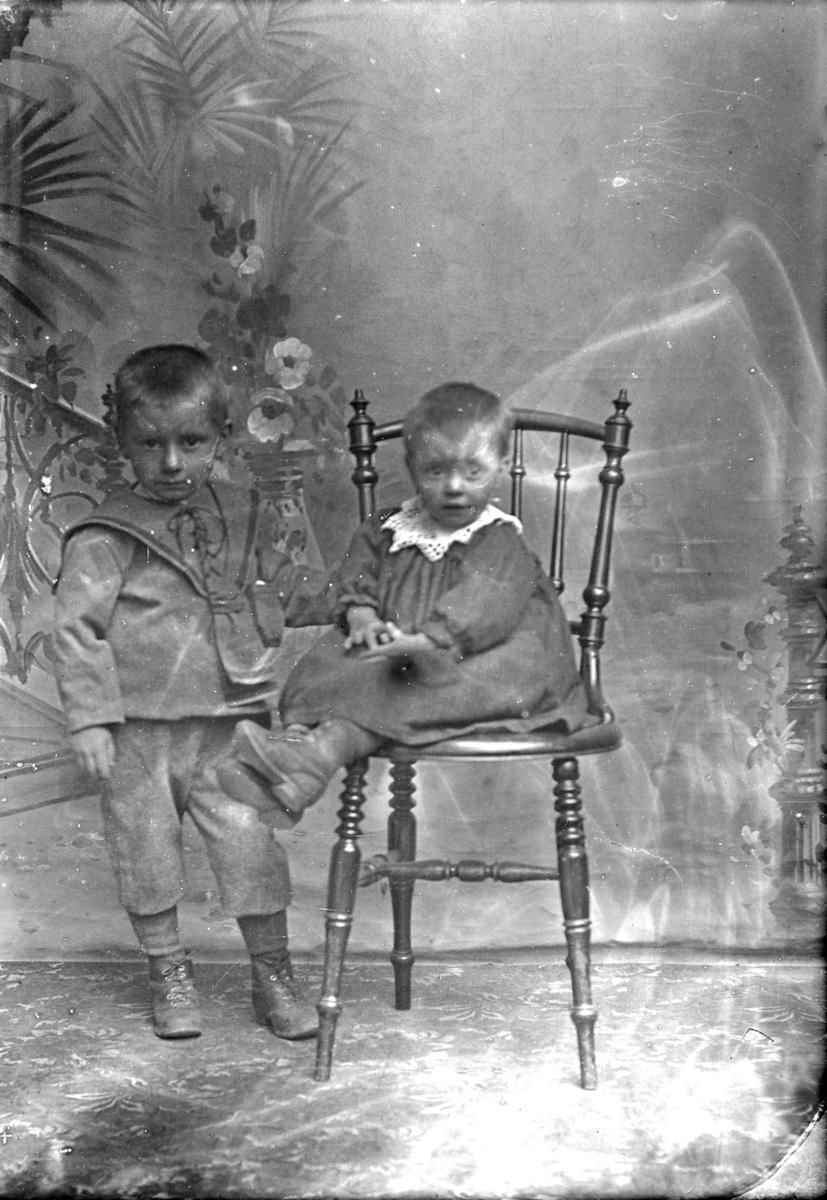 Portrett av to små barn til Johan Iversen