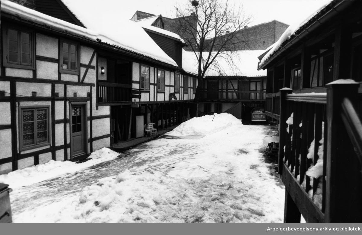 Brugata. Møbel-bakgården. Mars 1987