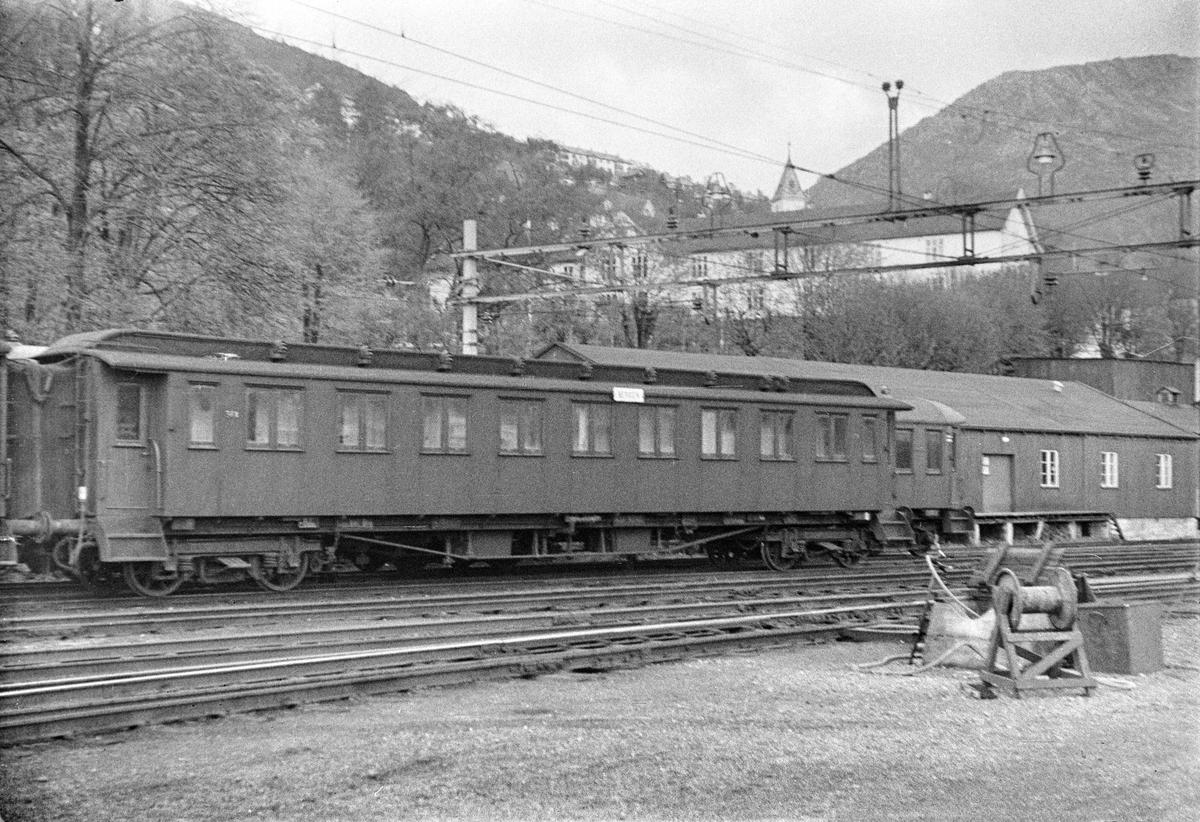 Personvogn litra Bo2a nr. 961 type 2 på Bergen stasjon.