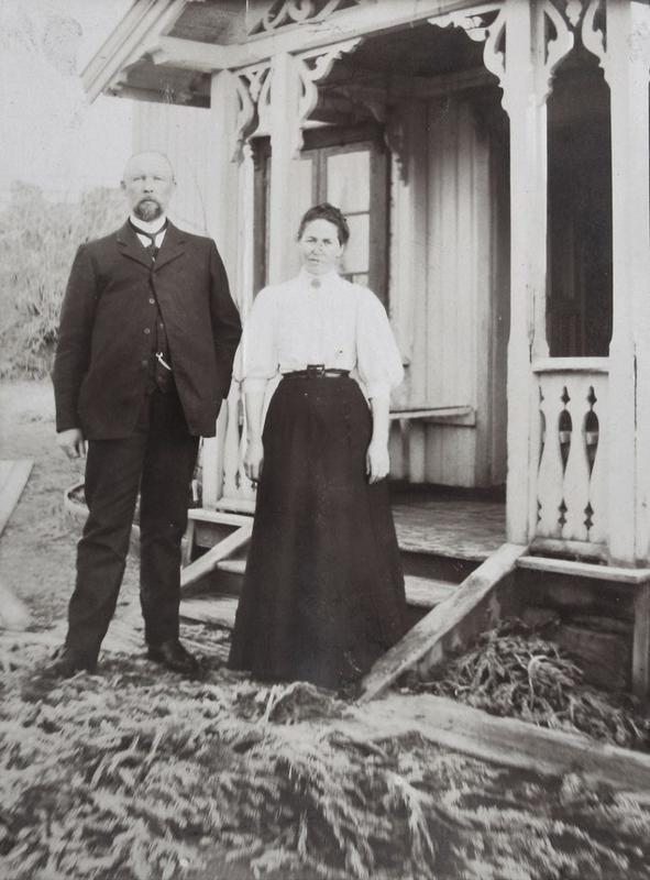 Anders og Karoline utenfor den første bestyrerboligen ca 1908.