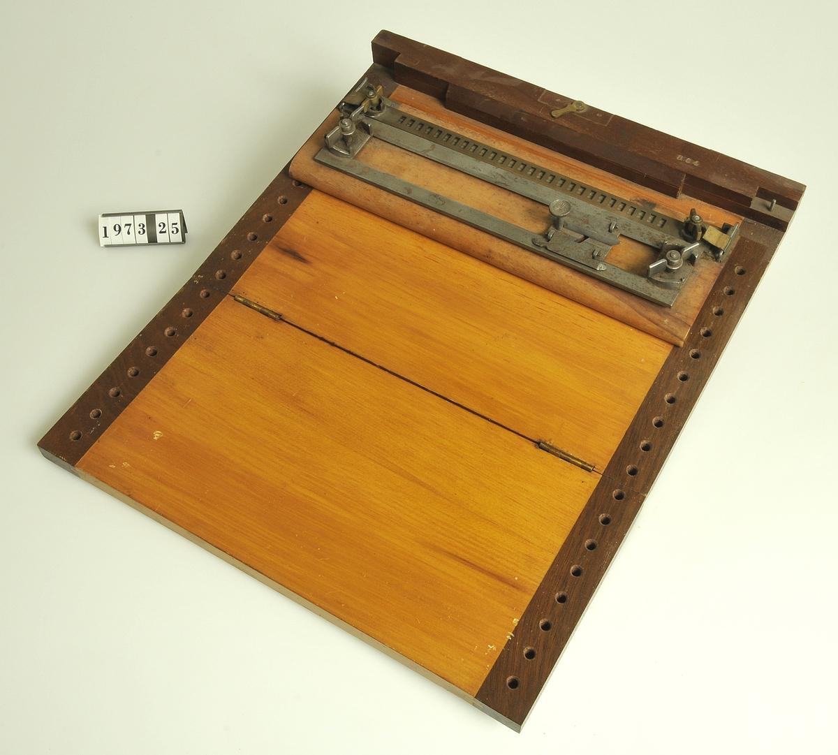 Enkel apparat för handskrift av blindskrift enl. Louis Brailles system.  Fru Odegrahns man har använt apparaten.
