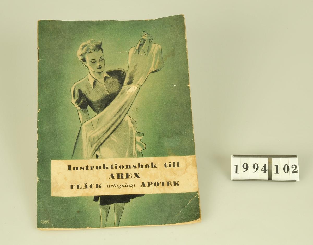 Instruktionsbok till AREX fläckurtagningsapotek. Centraltryckeriet Esselte AB Stockholm 1950. Omslagsbild: signerad ROOS.  Har tillhört givarens föräldrar.