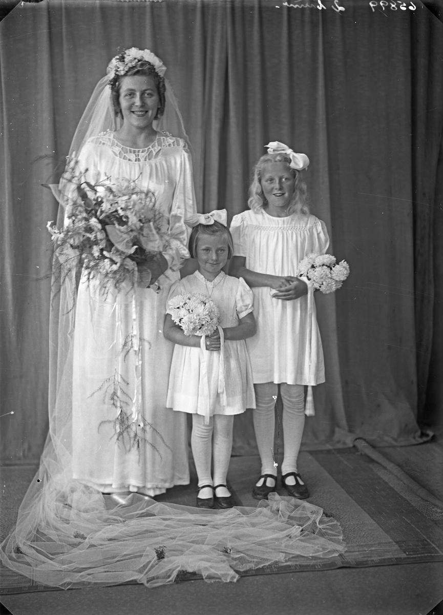 Portrett. Ung kvinne og to unge piker. Brud med brudepiker. Bestilt av Hr. Jacob Sandvik. Spanne