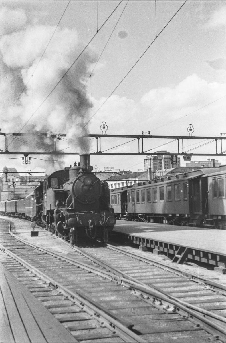 Persontog på Oslo Østbanestasjon med damplokomotiv type 32a nr. 283 som ekstra forspannlokomotiv og damplokomotiv type 31b nr. 446 som forspannlokomotiv.