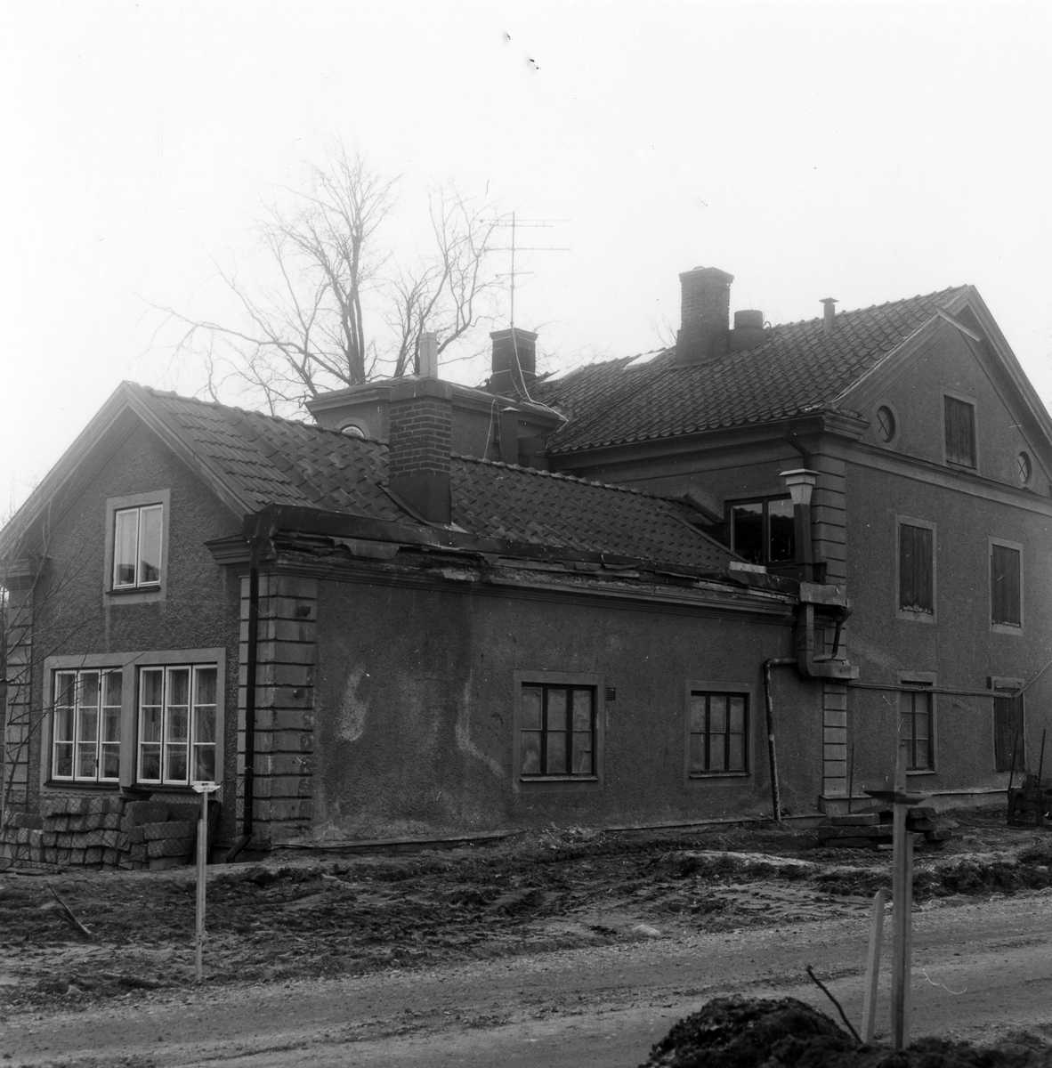 Gavel och tillbyggnad av Hotell Gripen mot väster.  Kvarteret Fruktkorgen 13. Grindgatan 7.