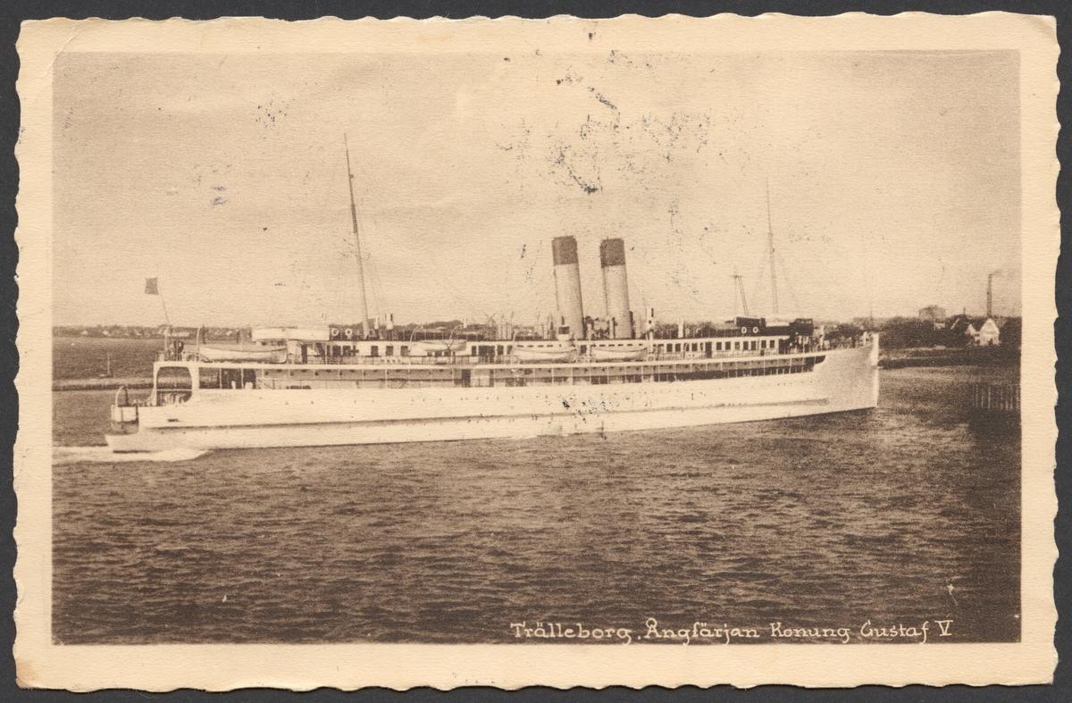Vykortet visar tågfärjan Konung Gustav V vi inlöpning i Trelleborgs hamn. Fartyget syns från styrbordssidan.