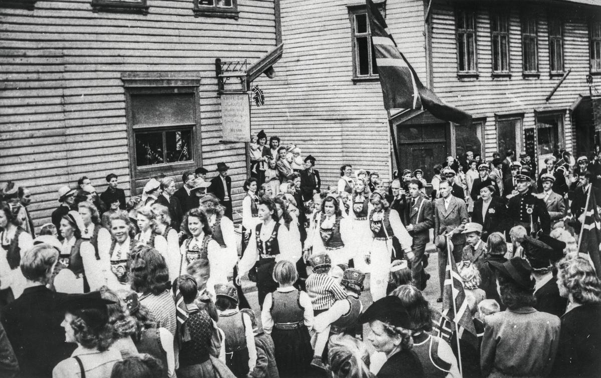 17.mai tog, Røldal-Haukelivegen, Kafe Iris, bunad