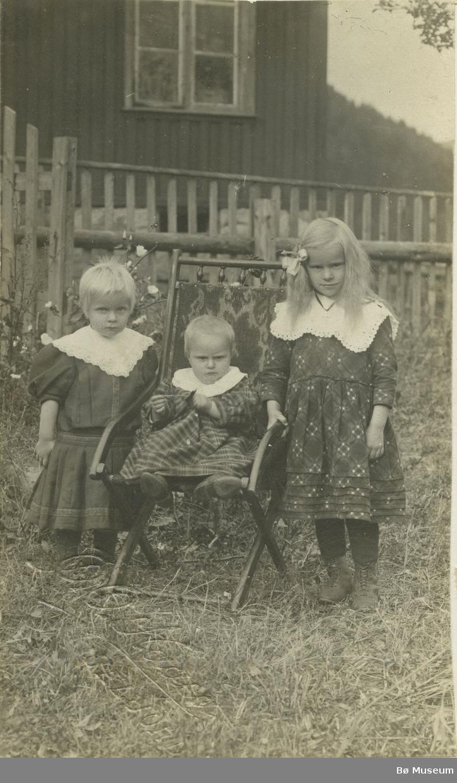 Tre småjenter fotografert ute i hagen