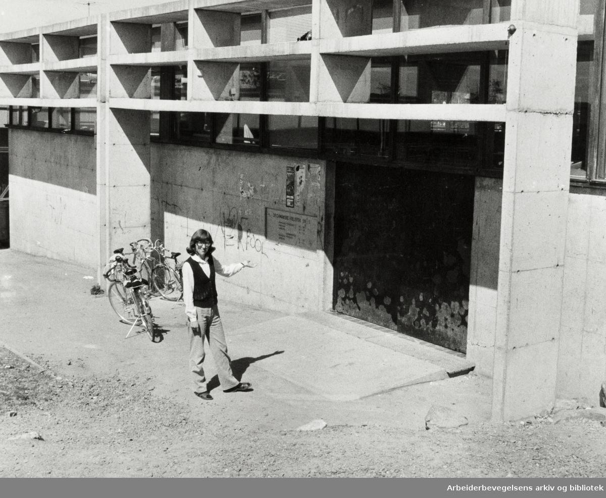 Bøler. Avdelingsleder ved Bøler bibliotek, Elisabeth Dehlin Johansen synes inngangspartiet er lite innbydende. Mai 1980