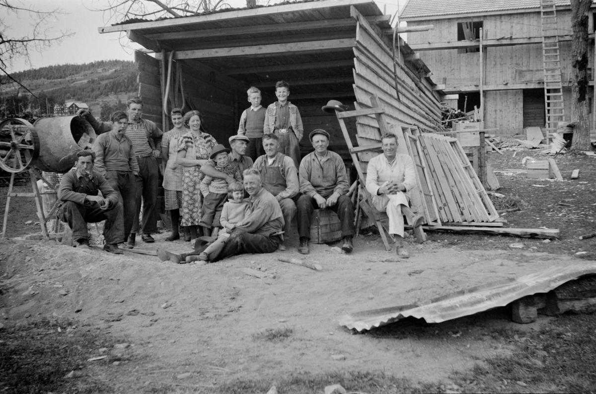 Det første huset på Øvre Frøyse under oppføring etter brannen i 1940. I forgrunnen Ole Dahl Frøyse med Anna Frøyse på fanget, til venstre for de Martinus  Dahl Frøyse og til venstre for han igjen Magnhild Dahl Frøyse