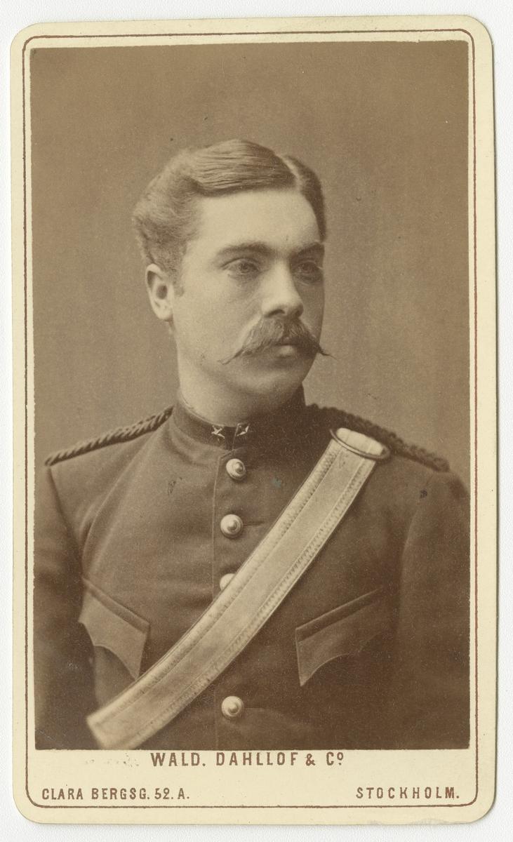 Porträtt av Gustaf Adolf Emrik Petersohn, underlöjtnant vid Göta artilleriregemente A 2.  Se även bild AMA.0008256.