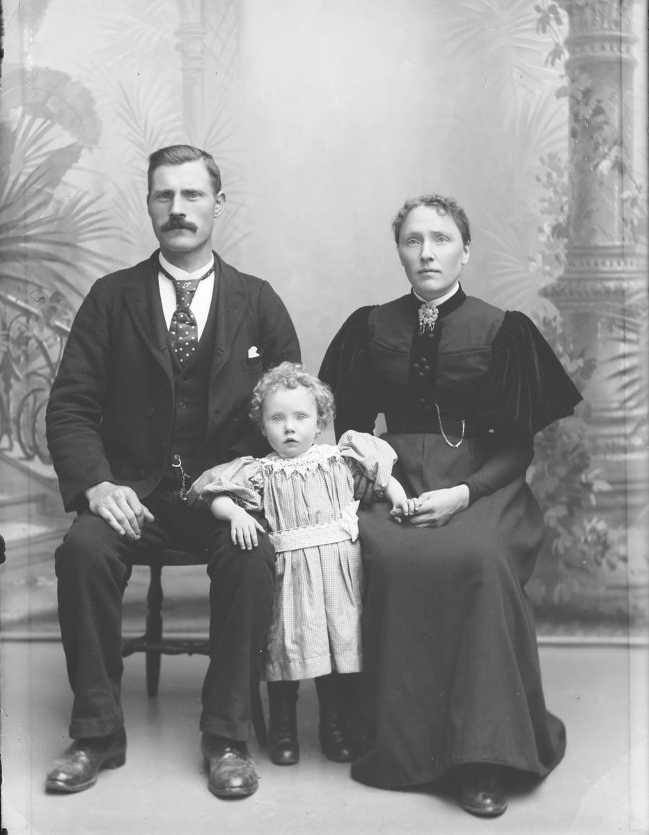 E. O. Røssum med kone og barn